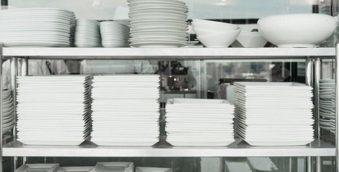 厨房に種類ごとに重ねられた皿